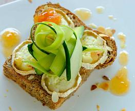 Sandwich met gegratineerde geitenkaas en courgette tagliatelle