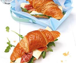 Croissant met rucola, brie en Italiaanse ham