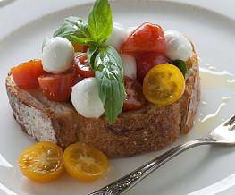 Broodje caprese met mozzarella en cherrytomaat