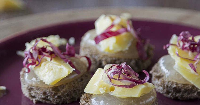 Broodtoastjes met oude kaas, perengelei en witlofreepjes